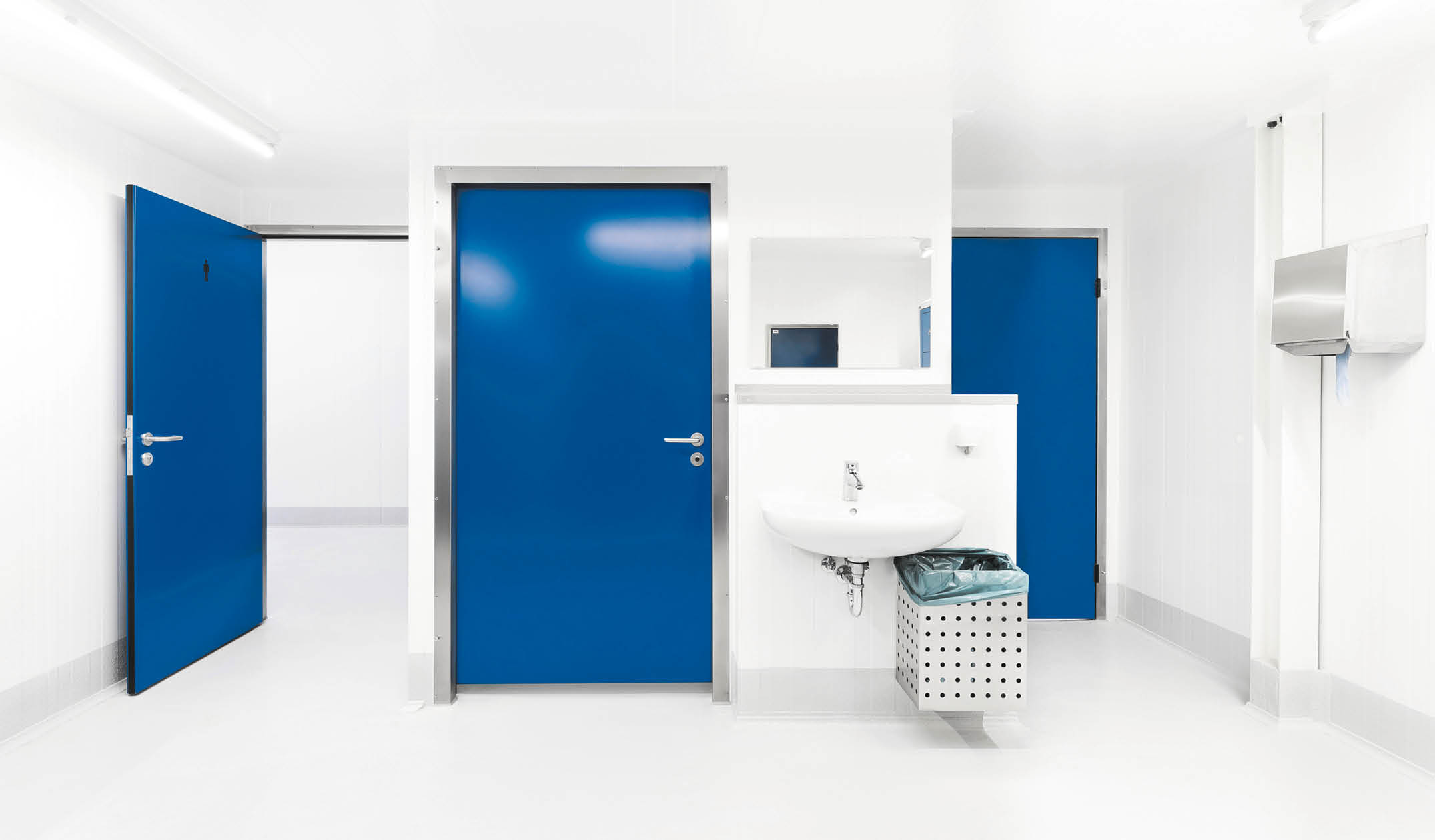 B4 Hinged door for service rooms