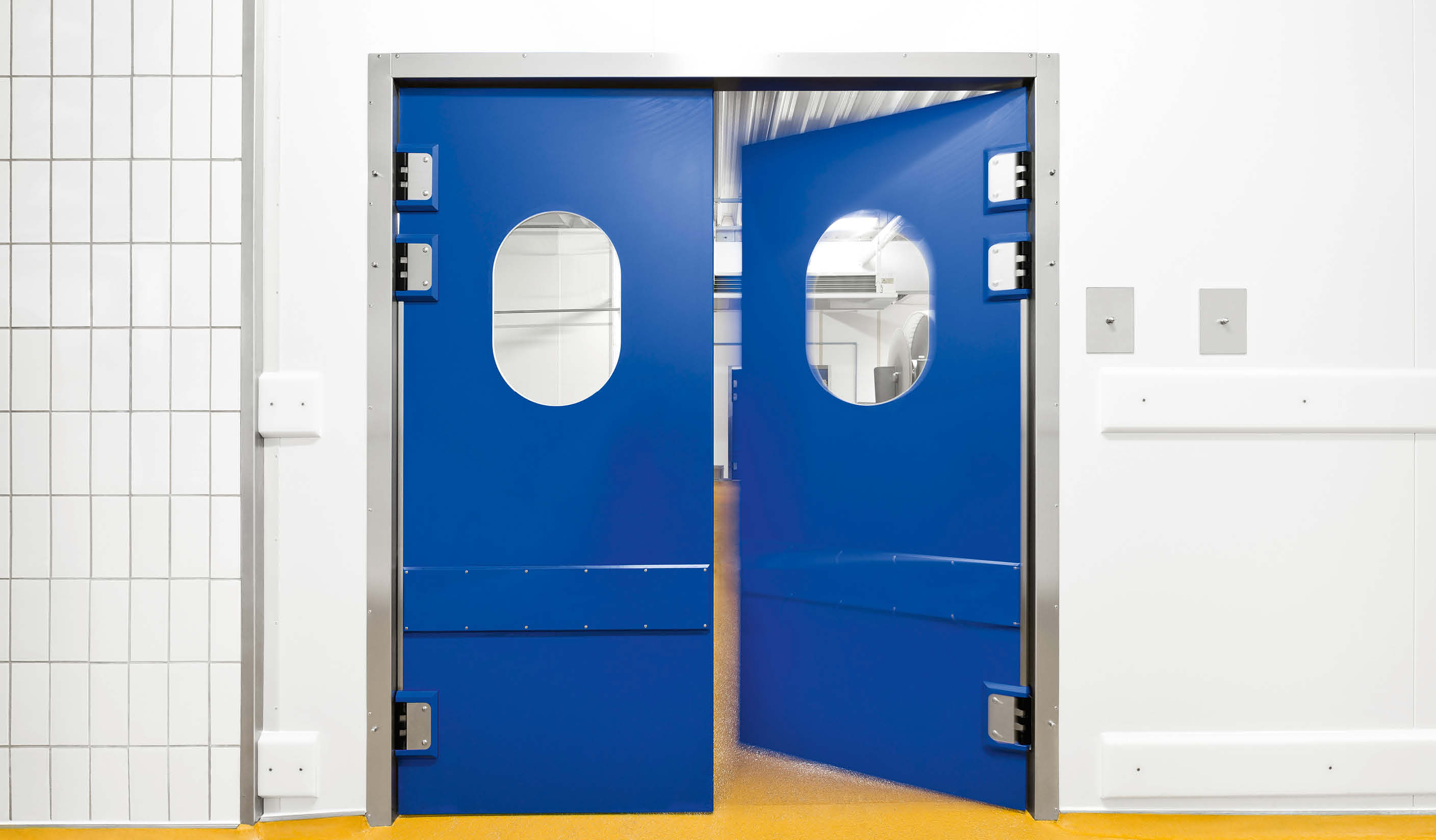 ZP5 Double-leaf PE-swing door with skirting protection